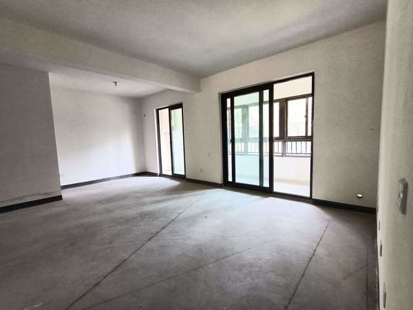 出售:一楼带院子,弘阳 时光澜庭4室2厅2卫118平米141.8万