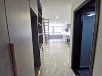 康佳华府精装豪华公寓复试挑高4.8拎包入住家具齐全70年的。